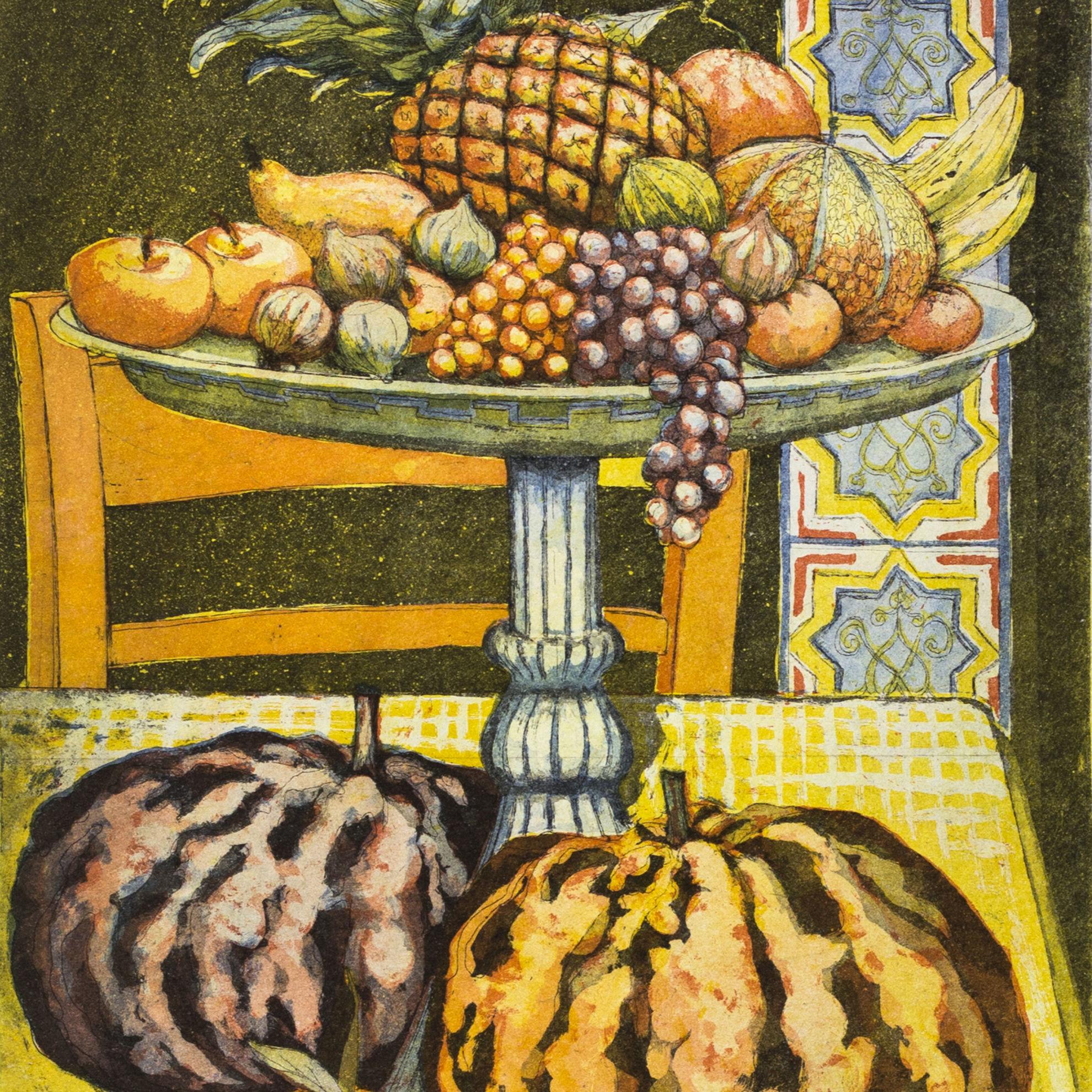 Immagine di Interno con alzata di frutta
